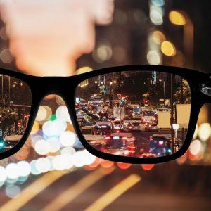 A foto demonstra como é a visão de um paciente com miopia, na qual apresenta dificuldade em enxergar objetos distantes.